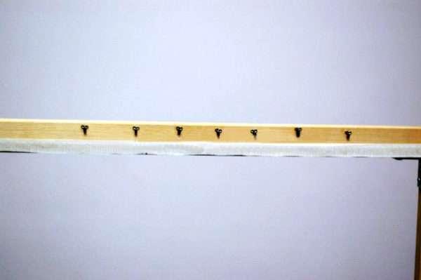 На верхнюю планку наклеены швейные крючки