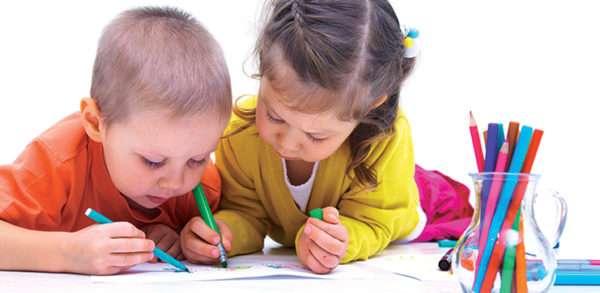 дети рисуют вдвоём