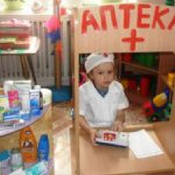 Девочка в уголке «Аптека»