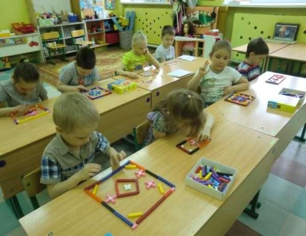 Из палочек Кюизенера дошкольники выкладывают красивые коврики