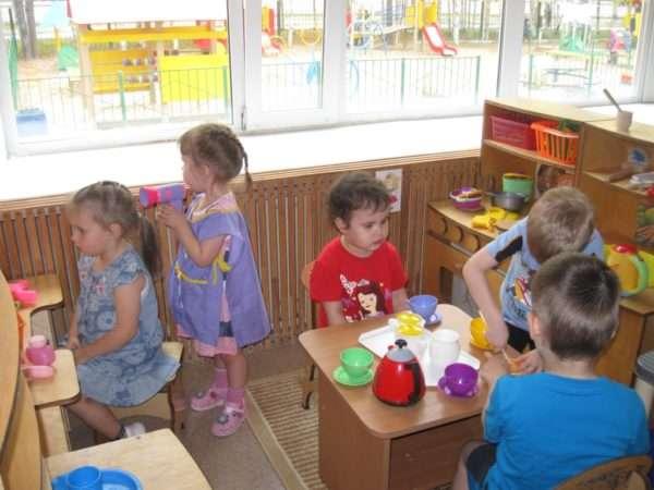 Дети играют с посудкой и в парикмахера