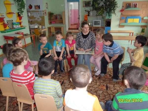 Дети сидят в кругу и беседуют с воспитателем