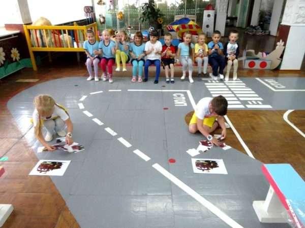 Дети из двух команд собирают пазлы на скорость