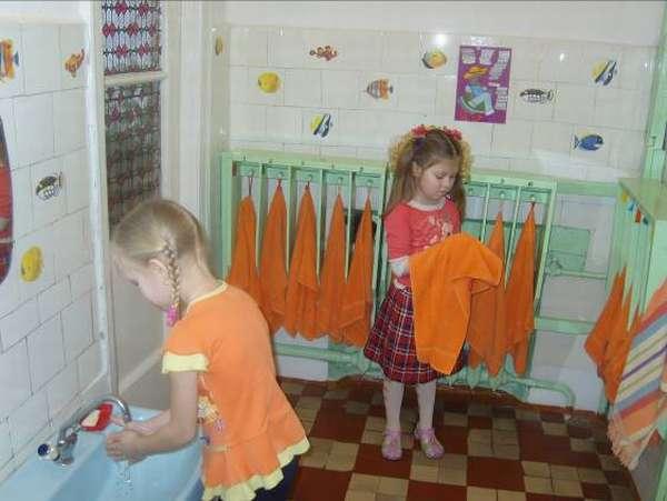 Две девочки в умывальной комнате