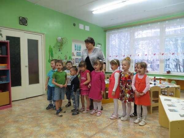 Дети и воспитательница стоят на занятии