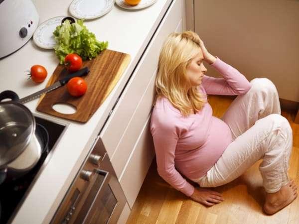 Если женщина во время беременности стала раздражительной и нервной, в таком случае ее лучше оградить от всевозможных стрессов и конфликтных ситуаций