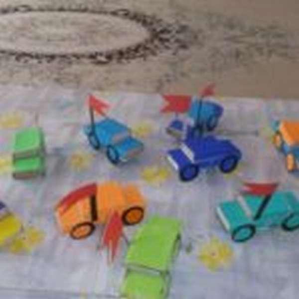 Машинки из спичечных коробков, обклеенные цветной бумагой