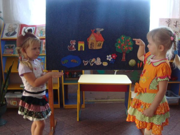 Две девочки разыгрывают сказку с помощью фланелеграфа