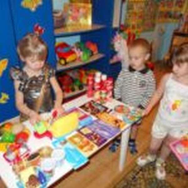 Дети играют в магазин