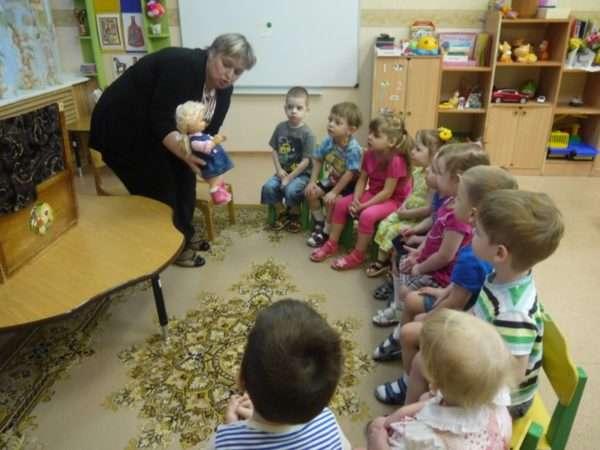 Воспитатель говорит от лица игрушки, дети сидят в кругу