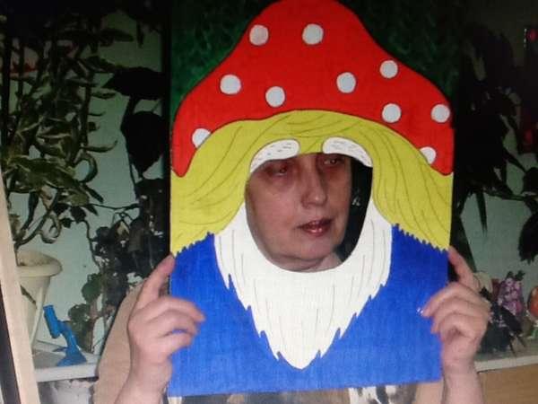 Воспитательница в картонной маске лесовика