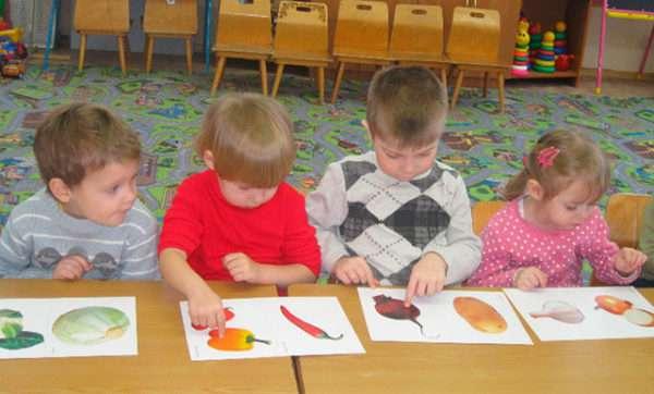 дети рассматривают картинки