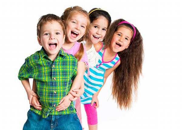 Четверо малышей радостно кричат, стоят паровозиком