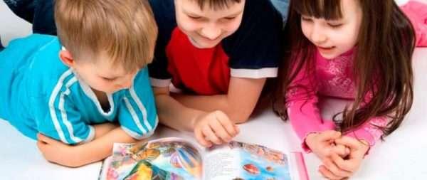 Дети рассматривают картинки в книге
