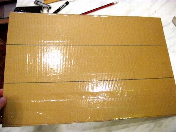 Разлинованный лист картона оклеен скотчем