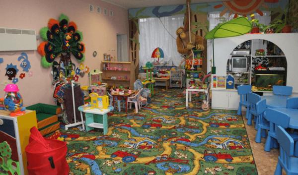 Групповая комната с цветным ковриком с машинками на полу