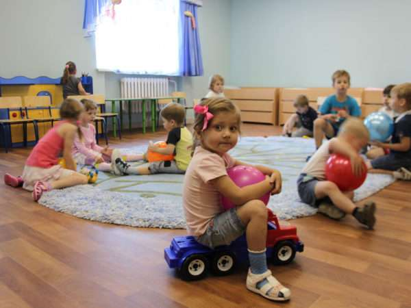 Дети на коврике играют