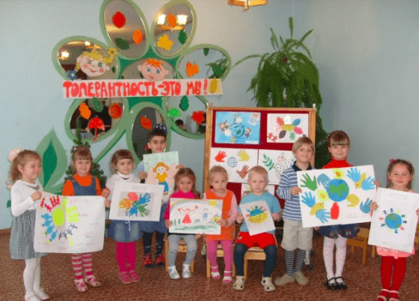 Дети с плакатами и рисунками по толерантности