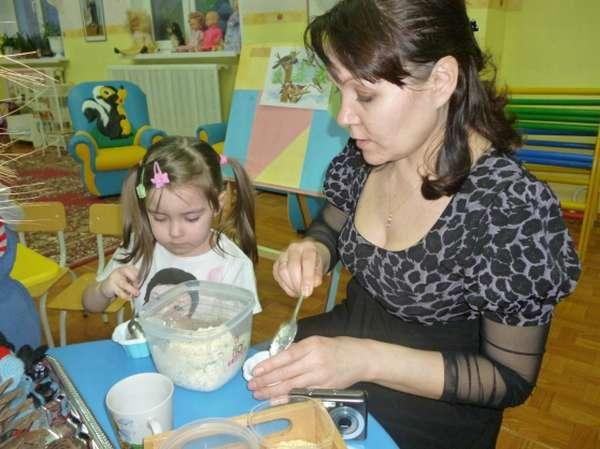 Ребёнок и мама проводят опыт на открытом занятии в детском саду
