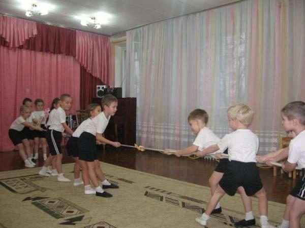 Мальчики перетягивают канат в зале