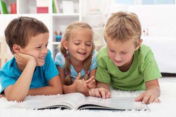 Трое детей читают