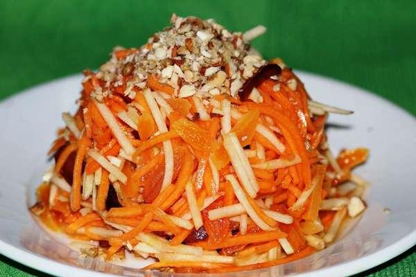 Употреблять сырую тыкву можно, сделав из нее салат