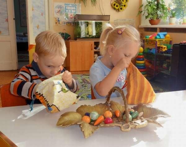 дети играют с мешочком и овощами