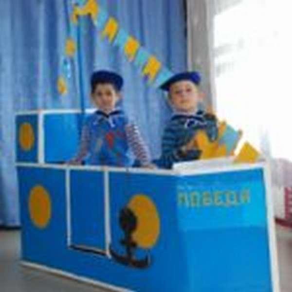 Два мальчика в игровой зоне «Корабль»