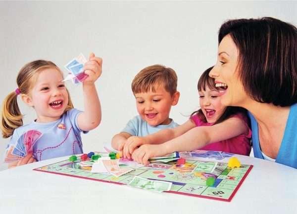 дети радуются, играя в игру