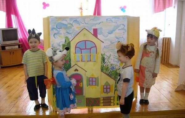 Дети в костюмах персонажей Теремка перед ширмой-теремком
