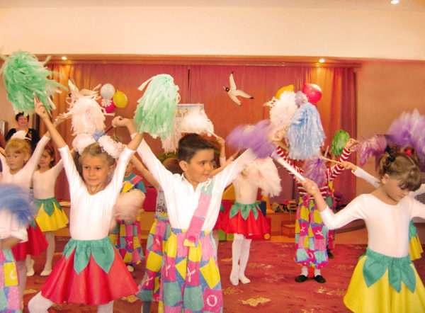 Дети в танцевальных костюмах и с султанчиками в руках участвуют в представлении