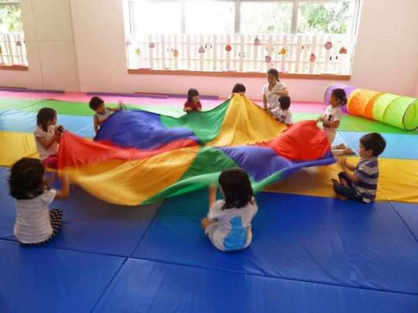 Дети держат парашют