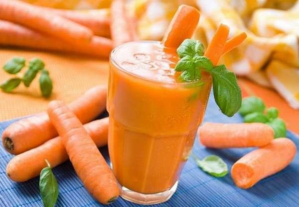 Морковный сок содержит множество витаминов, поэтому врачи рекомендуют употреблять его при беременности