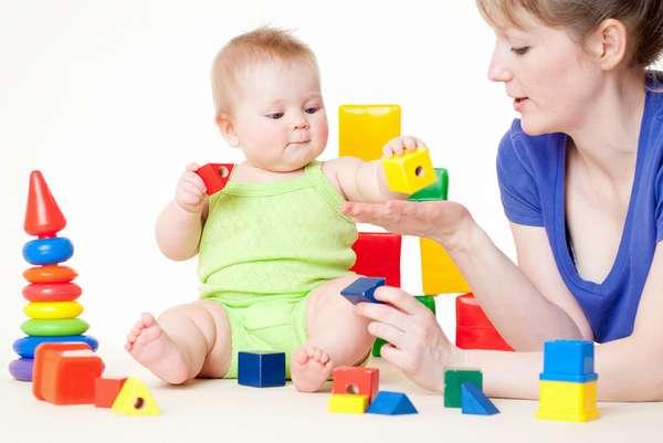 Следует приобщать малыша к играм с конструктором,