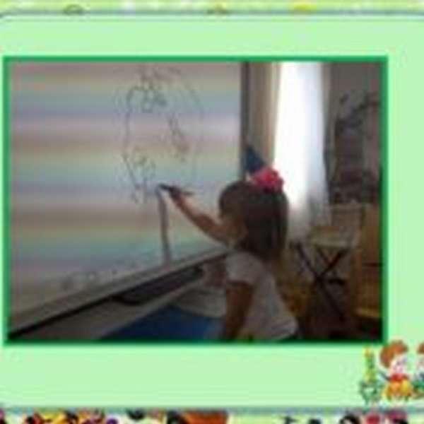 Девочка рисует на интерактивной доске