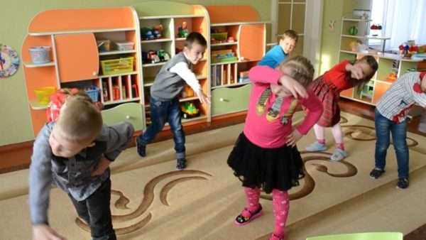 Дети проводят физкультпаузу