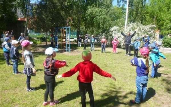 Дети идут на улице по кругу