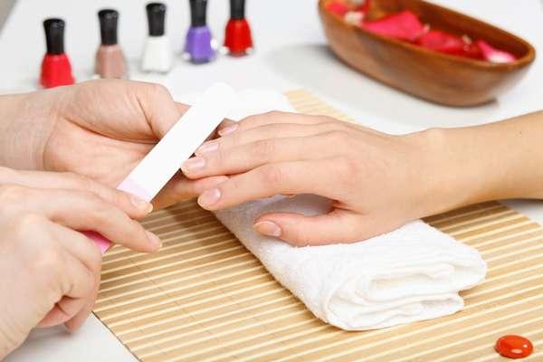 Наращивать ногти при беременности лучше всего у квалифицированного специалиста