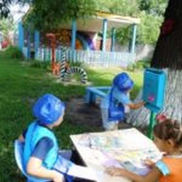 Трое детей играют в «Почту»
