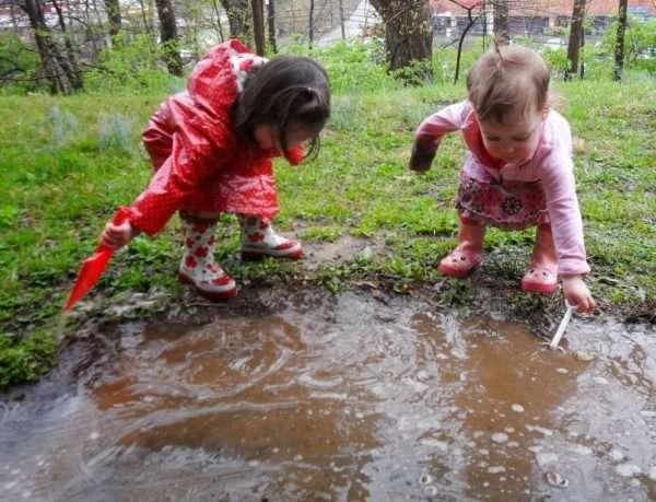 Дети играют в луже