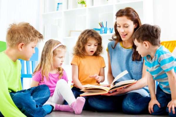 Воспитатель и дети читают