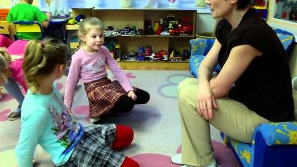 Воспитатель беседует с двумя девочками