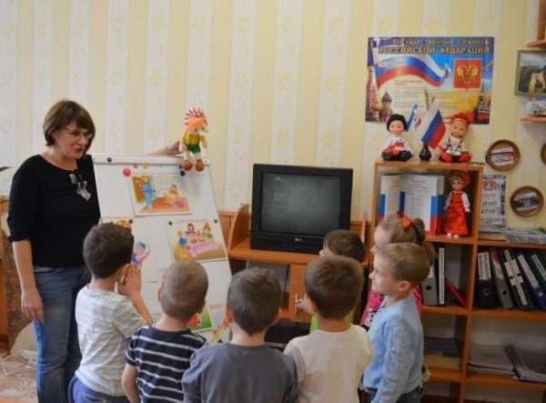 Педагог беседует с детьми от имени игрушки