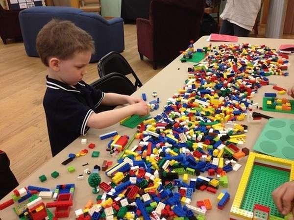 мальчик собирает конструктор