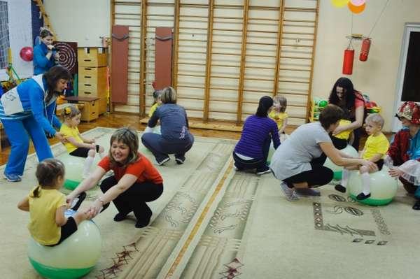 Дети и родители участвуют в спортивном мероприятии в зале