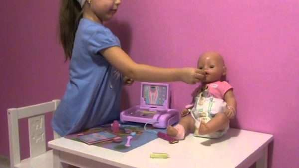 Ребёнок лечит куклу в сюжетно-ролевой игре
