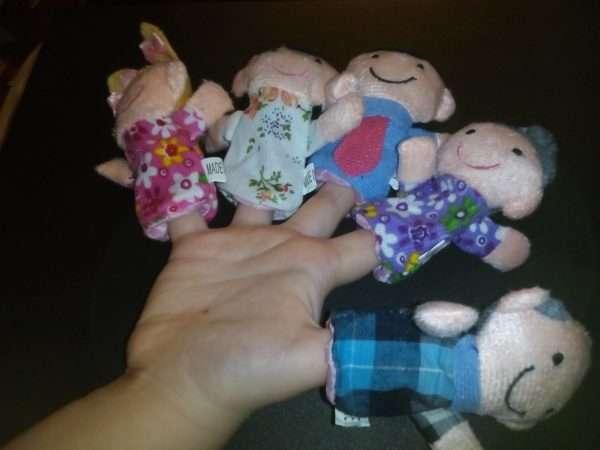 Пальчиковые куклы надеты на пальцы