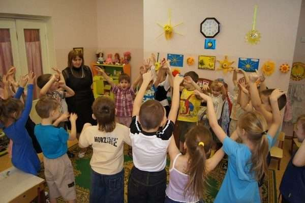 Дети подняли руки вверх
