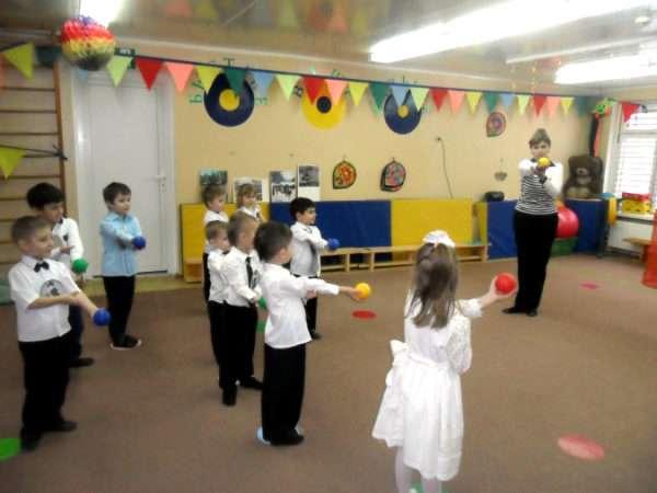 Педагог и дети лержат небольшие мячики в руках