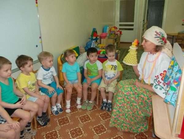 Дети младшей группы слушают рассказ воспитателя